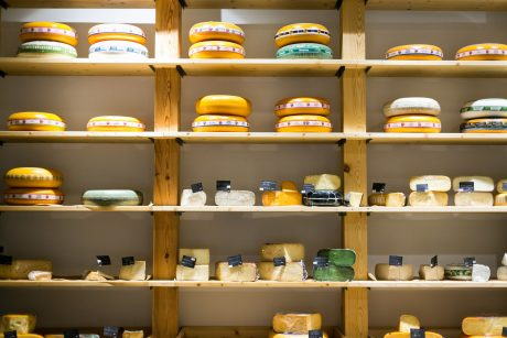 """Nauja vieta: į """"Masters of Cheese and more"""" visi traukia nebrangaus vyno ir erotiškų sūrių"""